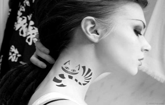 Tatuaje del gato de Cheshire en el cuello