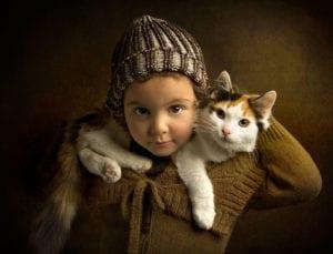 Niña con gato