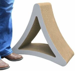 Modelo de rascador con forma de triángulo para gatos