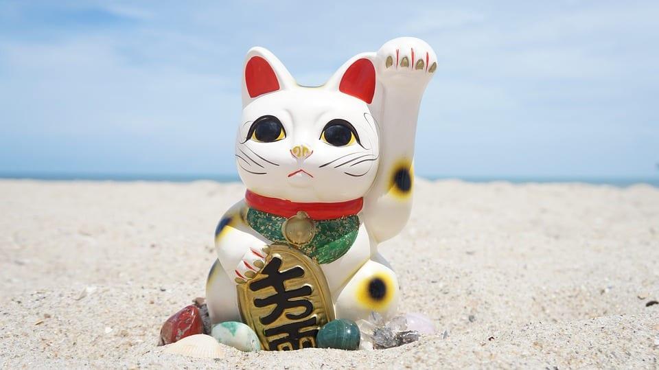 Vista de un Maneki Neko o gato de la suerte