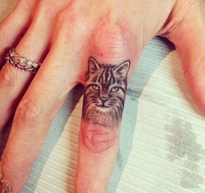 Tatuaje minimalista de gato