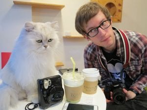 Gato y humano en café de gatos